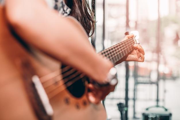 Mulher, em, branca, t-shirt, jogo, música, por, violão, acústico, estilo