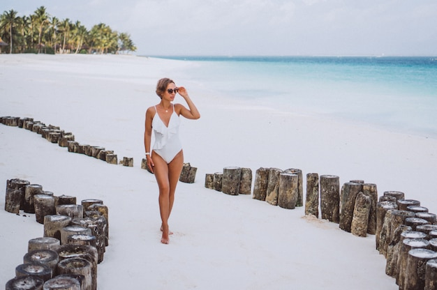 Mulher, em, branca, terno natação, por, a, oceânicos