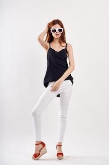 Mulher em branco isolado posando de uma maneira elegante.