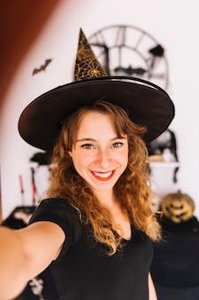 Mulher, em, bruxa, traje, e, pointy, chapéu