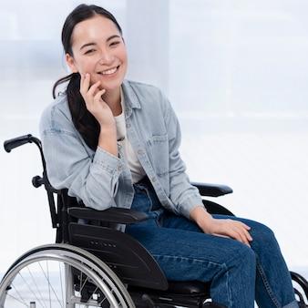 Mulher em cadeira de rodas sorrindo