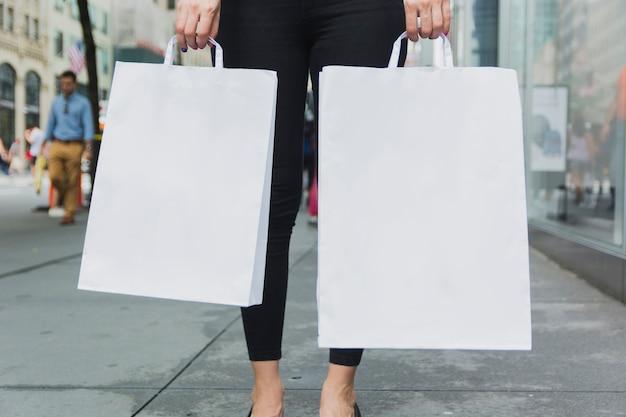 Mulher, em, calças, segurando, bolsas para compras
