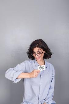 Mulher, em, camisa azul, com, cartão crédito