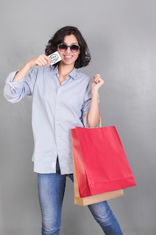 Mulher, em, camisa, com, bolsas para compras