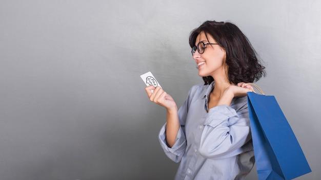 Mulher, em, camisa, com, cartão crédito