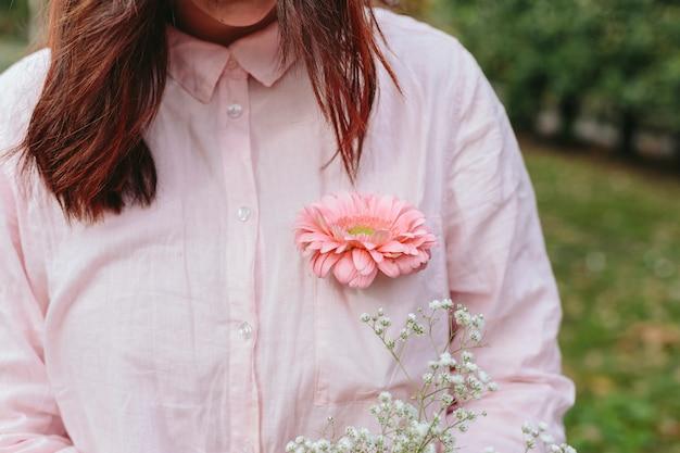 Mulher, em, camisa, com, flor bolso