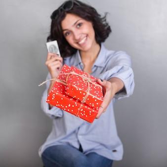 Mulher, em, camisa, dando, caixa presente