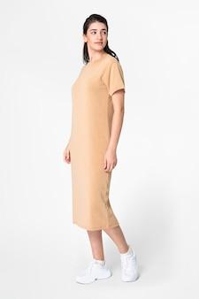 Mulher em camiseta bege, vestido casual, moda, corpo inteiro