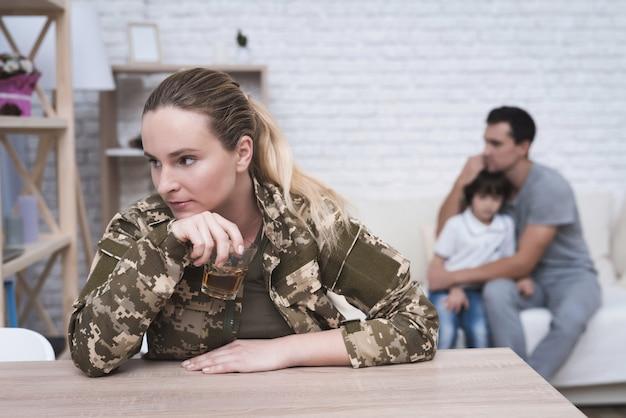 Mulher em camuflagem sofre de depressão após a guerra.