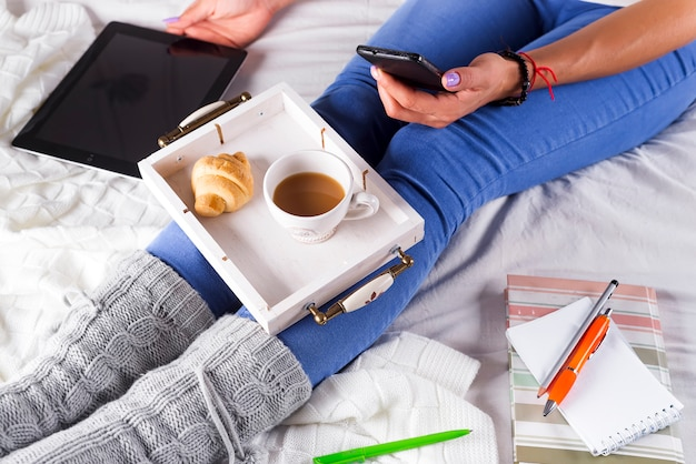 Mulher em casa aconchegante desgaste relaxante