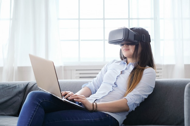 Mulher em casa com laptop