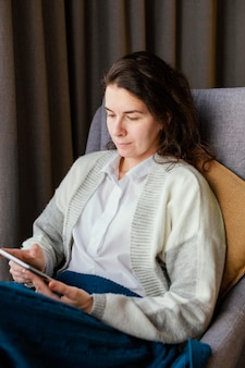 Mulher em casa com tablet