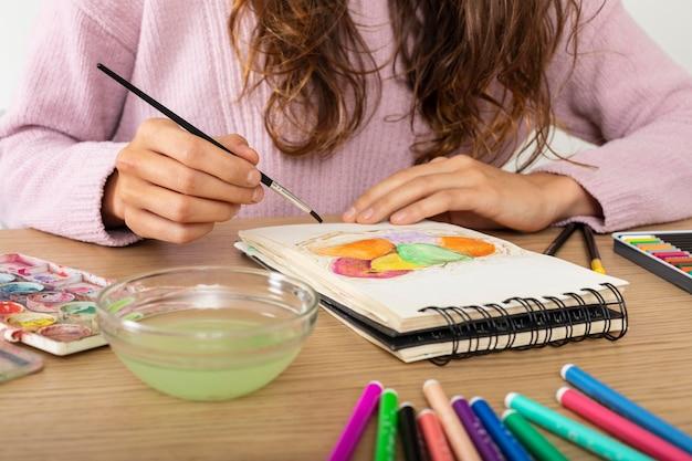 Mulher em casa desenhando