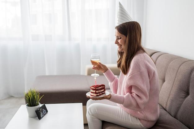 Mulher em casa em quarentena comemorando aniversário