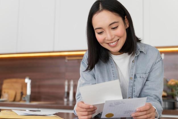 Mulher em casa lendo e-mail