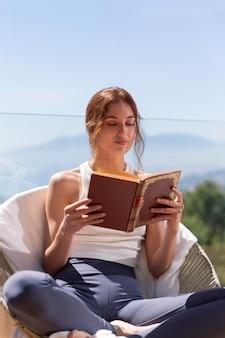 Mulher em casa lendo