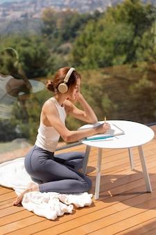 Mulher em casa ouvindo música e desenho