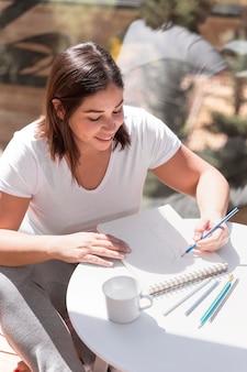 Mulher em casa pintando
