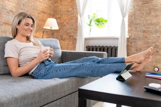 Mulher em casa tendo videochamada com a família