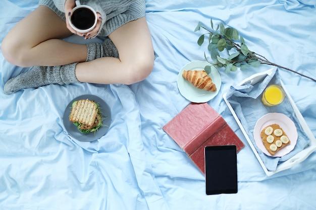 Mulher em casa tomando café da manhã