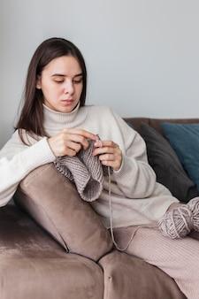Mulher em casa tricotando