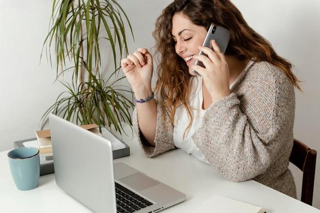 Mulher em casa usando laptop