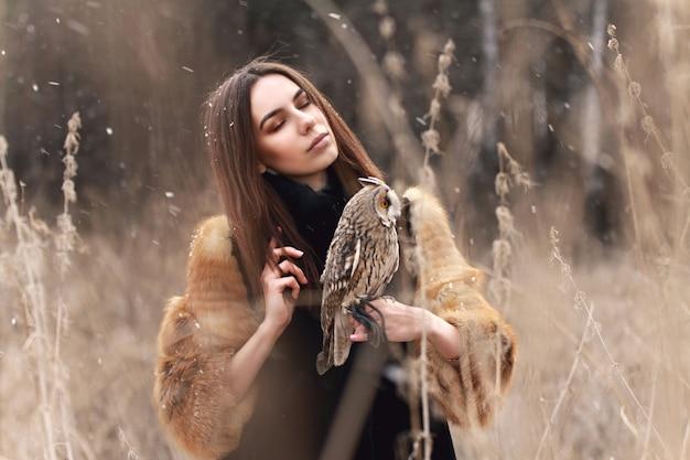 Mulher, em, casaco pele, com, coruja, mão, primeiro, outono, neve