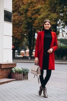 Mulher, em, casaco vermelho