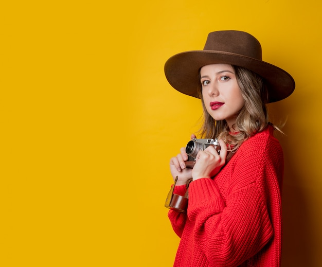 Mulher, em, chapéu, com, câmera vintage
