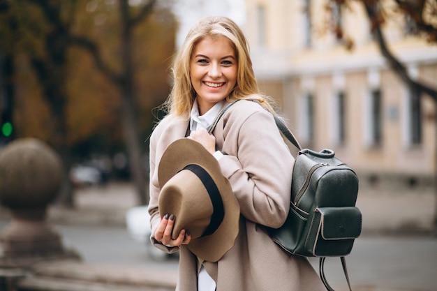 Mulher, em, chapéu, com, saco, viajando