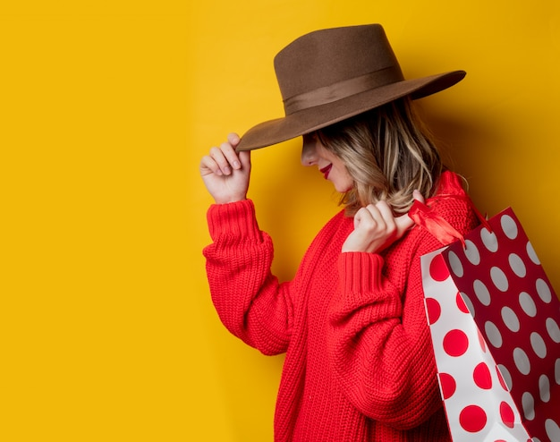 Mulher, em, chapéu, e, bolsas para compras