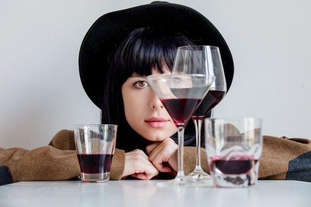 Mulher, em, chapéu, perto, copos vinho