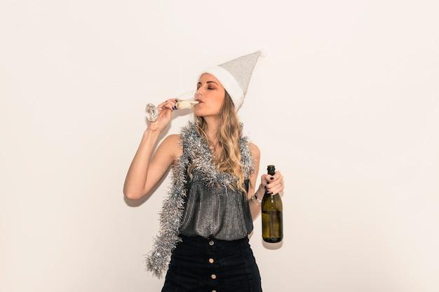 Mulher, em, chapéu santa, bebendo, champanhe, de, vidro