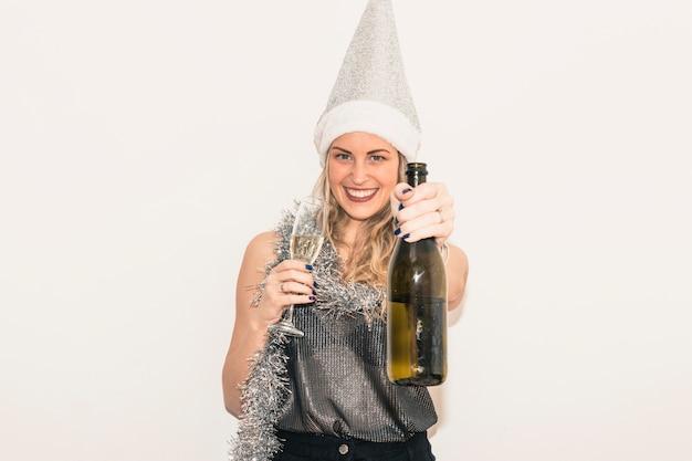 Mulher, em, chapéu santa, com, garrafa champanha