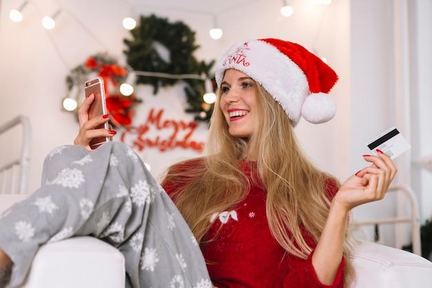Mulher, em, chapéu santa, com, telefone, e, cartão