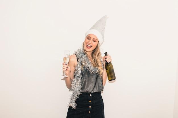 Mulher, em, chapéu santa, com, vidro champanha