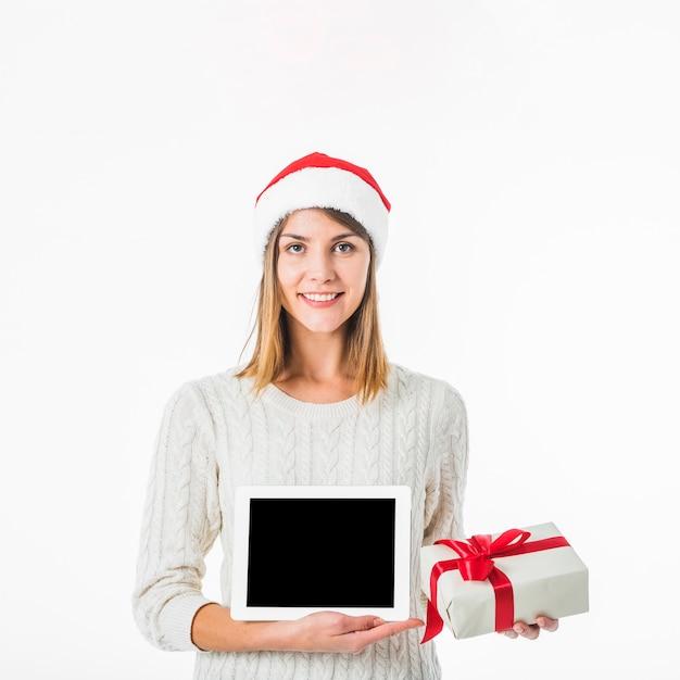 Mulher, em, chapéu santa, segurando, tabuleta, e, caixa presente