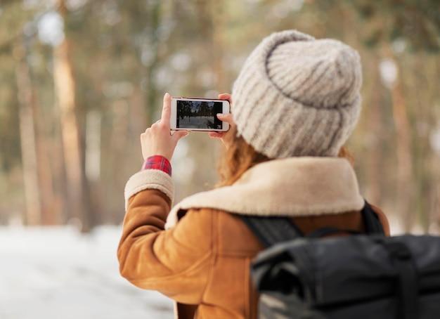 Mulher em close tirando fotos