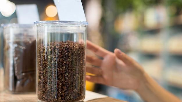 Mulher em close-up comprando especiarias orgânicas