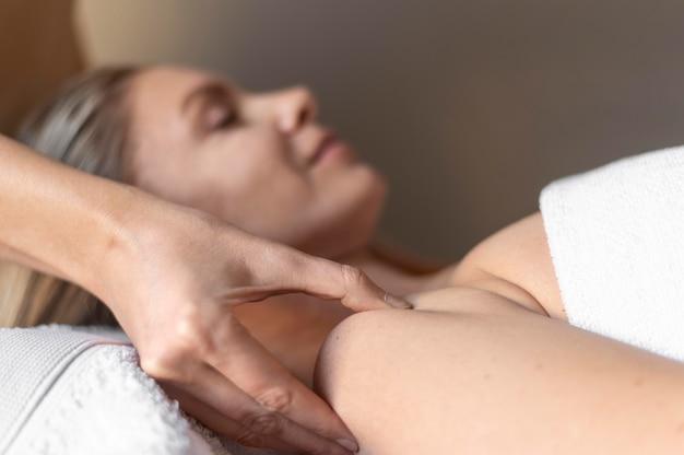 Mulher em close-up em massagem