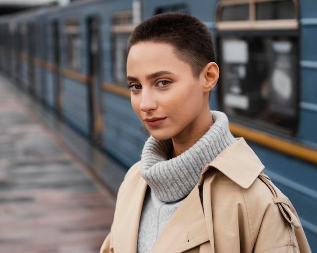 Mulher em close-up na estação de trem