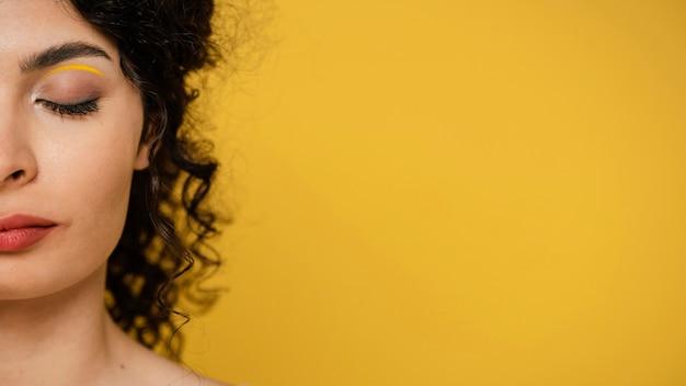 Mulher em close-up posando com cópia-espaço
