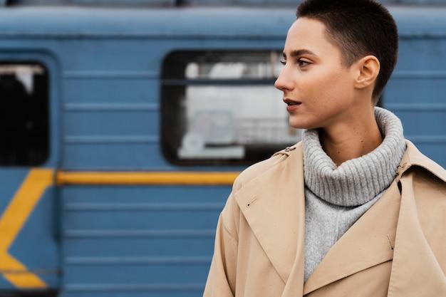 Mulher em close-up posando na estação de trem