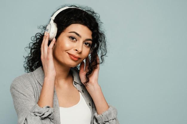 Mulher em close-up usando fones de ouvido