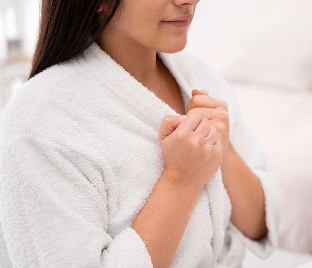 Mulher em close-up usando roupão de banho