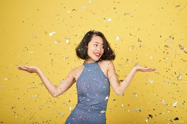 Mulher em confete brilhante