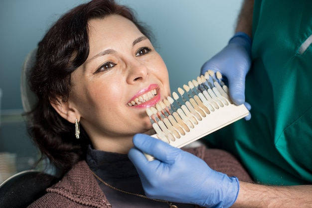 Mulher em consultório de clínica dentária