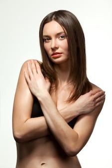 Mulher em cueca com os braços cruzados no peito