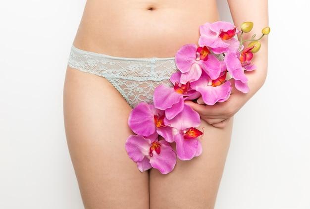 Mulher, em, cuecas, segurando, um, grupo, de, orquídeas