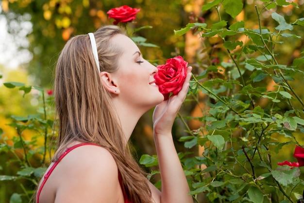 Mulher, em, dela, jardim, cheirando, rosas